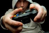 Gamer och controller — Stockfoto