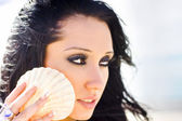 Beautiful Girl Holding A Cockle Shell — Stock Photo