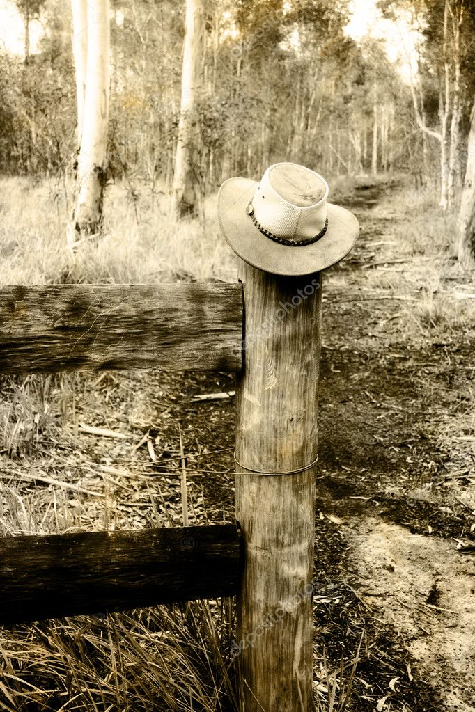 Rustic Stylised Image Of A Farmers Hat On A Outback Countryside Fence — Stock Photo #10588884