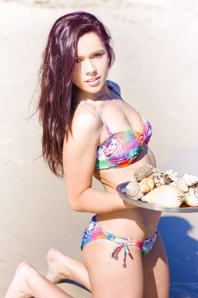 In A Great Customer Service Concept A Woman Wearing Bikini Serves Up Sea Shells On A Silver Platter At An Outdoor Summer Holiday Beach Location — Stock Photo #10589231