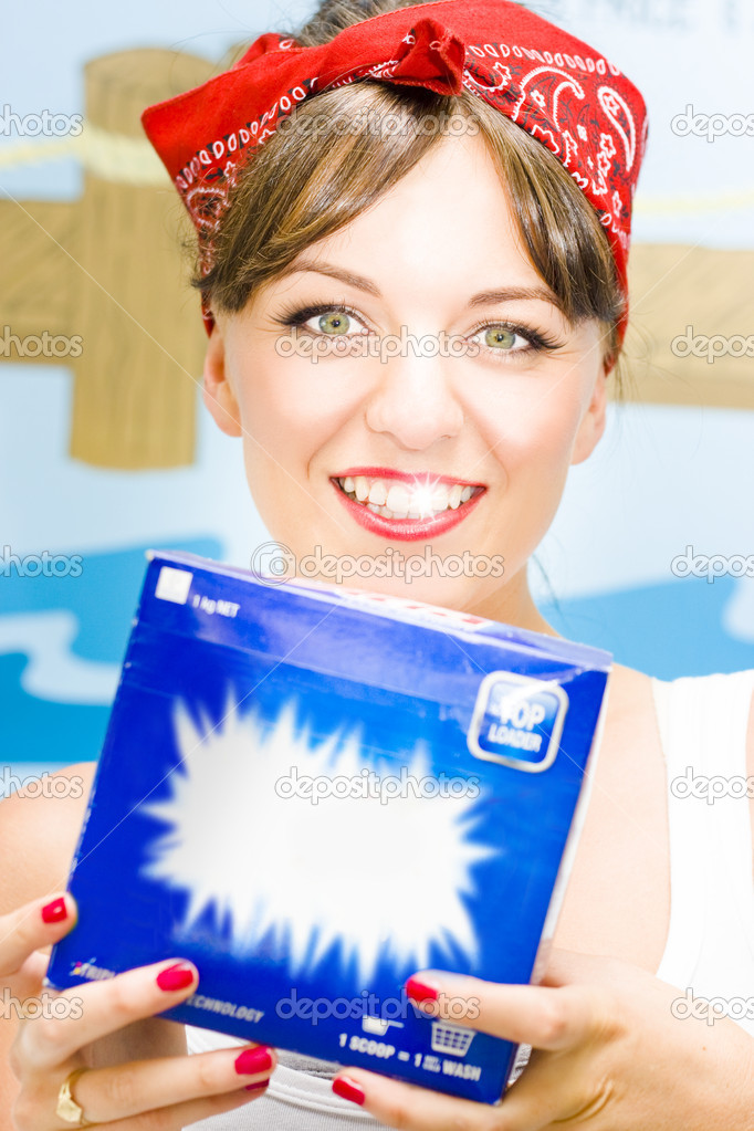 A Sparkle Is In The Smile Of A Woman Holding Up A Box Of Laundry Detergent Washing Powder In The Process Of House Work In A 1970 Stylised Lifestyle Image — Stock Photo #9985228