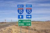 Znak autostrady międzystanowej 10 w ogromnej pustyni w nowym meksyku południowej. — Zdjęcie stockowe