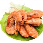 Fresh shrimp on lettuce leaf, isolated on a white background — Stock Photo
