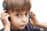 Portret van een jongen met koptelefoon geïsoleerd op witte achtergrond — Stockfoto