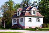 útulný dům v krásném parku. — Stock fotografie