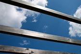 Cielo azul a través de las vigas de madera. — Foto de Stock