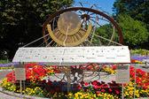 солнечные часы в городском парке — Стоковое фото