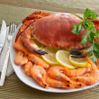 Crab with shrimp and parsley on a wooden table — ストック写真