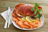 Crab with shrimp and parsley on a wooden table — Foto Stock