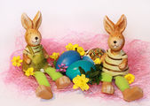 Brinquedo páscoa coelhos e ovos tingidos — Foto Stock