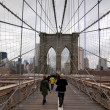 Walking Brooklyn Bridge — Stock Photo