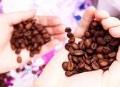 Grãos de café nas mãos — Fotografia Stock