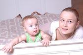 Mor och barn tittar på tv, familjebilder — Stockfoto