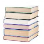 Beyaz arka plan üzerinde izole kitap yığını — Stok fotoğraf