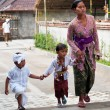 Balinese Woman With Children In Tirta Empul — Stock Photo