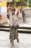 Balinese Man Carrying Offerings On His Head — Stock Photo