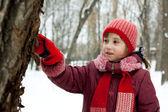 这个小女孩考虑到一棵树 — 图库照片