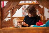 Mladá matka krmí své dcery — Stockfoto