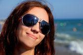 青い水の近くに海岸の肖像画 — ストック写真