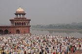 Islamic Worshipers at the Taj Mahal — Stock Photo