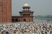 Worshippers at the Taj Mahal — Stock Photo