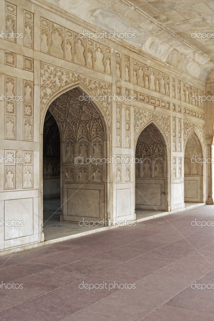 Detail of richly carved marble walls and arches decorating a Mughal Palace inside the Red Fort in Agra, India — Stock Photo #8126301