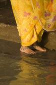 Kobiety w sari żółty — Zdjęcie stockowe
