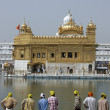 Foto Stock: Pilgrims at Golden Temple