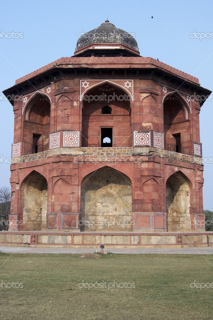 Islamic style octagonal building (Sher Mandal) inside the historic fort Purana Qila in Delhi, India. 16th Century AD. — Stock Photo #8318147