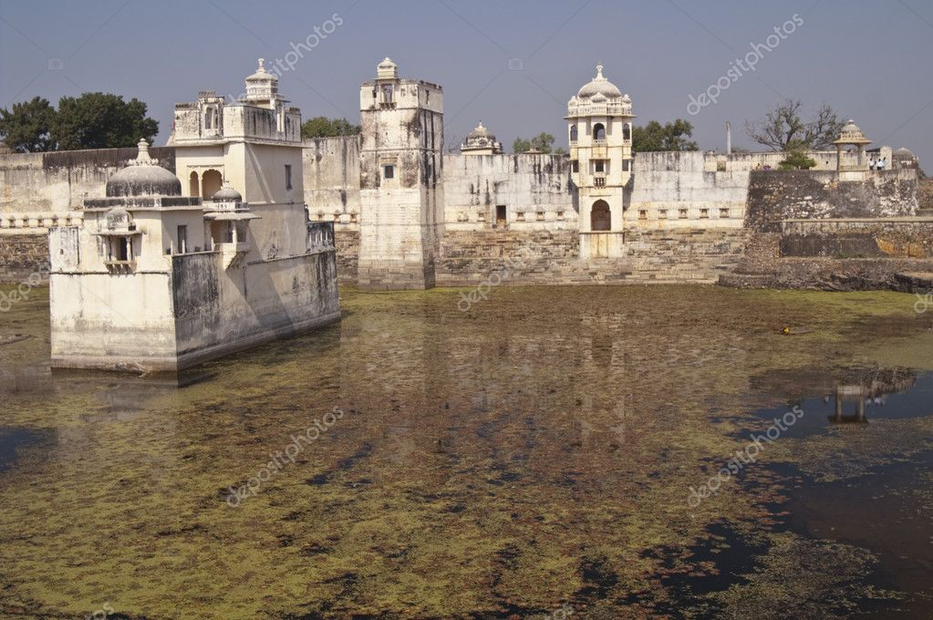 Padmini's Palace. Late 13th Century Rajput palace in the middle of a lake. Chittaugarh, Rajasthan, India — Stock Photo #9201055
