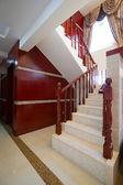 Escalera de madera en casa de lujo — Foto de Stock