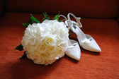 Brides flowers and shoes. — Stock Photo