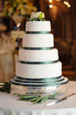 Green and white wedding cake. — Stock Photo