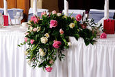 Head table at wedding reception decorated — Stock Photo