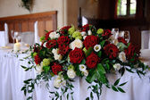 Red roses decorate wedding table — Stock Photo