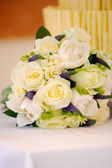 Flowers and cake at wedding — Stock Photo