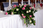 Wedding flowers on head table — Stock Photo