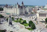 Ottawa's Cenotaph and Chateau Laurier — Stock Photo