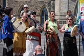 Nativní kapela vystupuje na shromáždění den země v kanadě — Stock fotografie