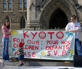 Canadians petition governments to accept Kyoto Accord — Stock Photo