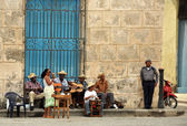 Street musicians perform in Cuba — Stock Photo