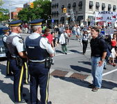 Protester hollers at 2 Royal Canadian Mounted Police — Stock Photo