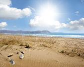 Landschap met zee, zand en wolken — Stockfoto