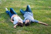 Casal no chão — Fotografia Stock