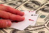 Vincitore mostrano tre asso su uno sfondo di dollaro — Foto Stock