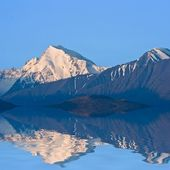 Mountains reflected in a lake — Stock Photo