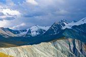密な雲の下で雪の山 — ストック写真