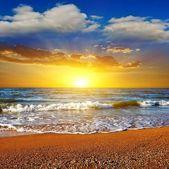 Espectacular puesta de sol en un mar — Foto de Stock