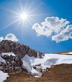 晴れた日で春の山の風景 — ストック写真