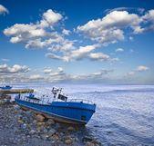 Barco abandonado en la costa del mar — Foto de Stock